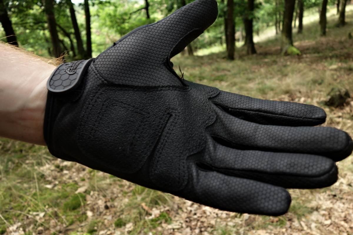 1045dde2c Ale je tu pár vlastností, pro které se rukavice UTL nezařadily mezi mé  oblíbené. Neopren na hřbetu dlaně je prostě pitoreskní.